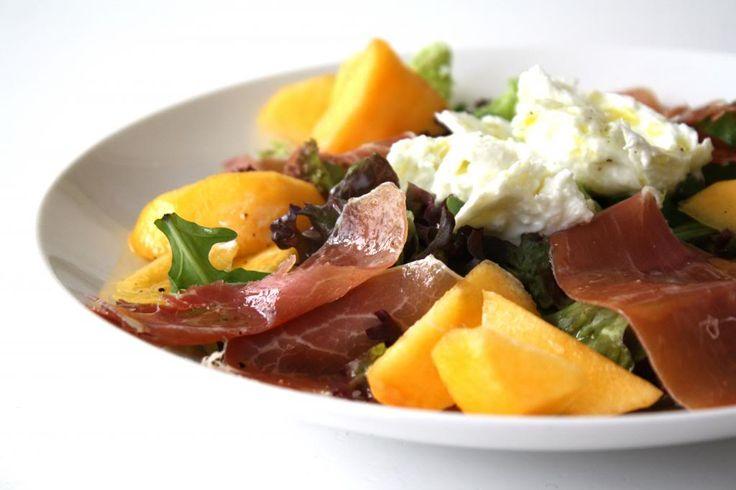Salade met perzik, munt, ham en mozzarella.