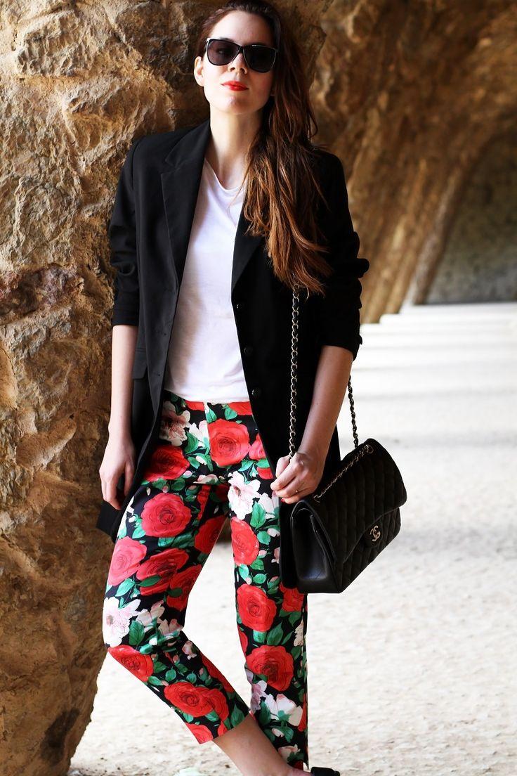 pantaloni fiori | pantaloni floreali | blazer nero | giacca nera | spolverino nero | chanel borsa | chanel 2.55 | chanel jumbo | occhiali da sole neri | maglia bianca | fashion | moda | look | outfit | streetstyle | parc guell | barcellona | colonnato parc guell