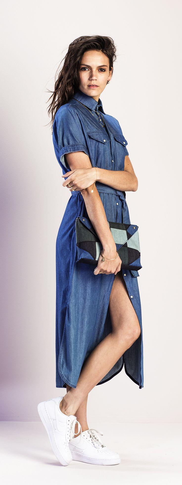 De spijkerjurk is een veel gezien item. Draag hem stoer in het lang met een paar witte sneakers. #denim #jurk #outfit