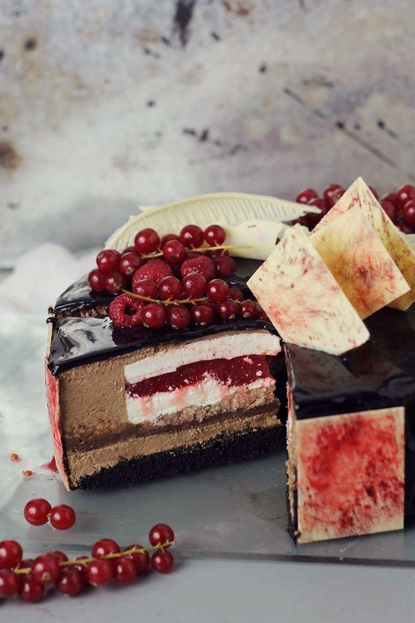 Tort cu mousse de ciocolata, crema de ciocolata, crema bavareza de vanilie si jeleu de capsune/ Chocolate and strawberry Entremet   Pasiune pentru bucatarie