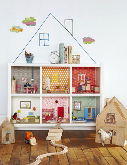 """Casita de muñecas hecha con un """"estante"""" de cubos"""