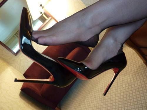 High heel dangle on the london underground train 6