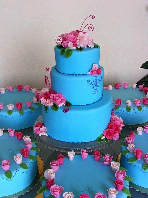Bright blue wedding cakesBeautiful Colors, Blue Wedding Cakes, Bright Flower Cake, Bright Blue, Blue Cake, Colors Blue, Blue Weddings, Pink Rose, Pink And Blue Wedding Cake