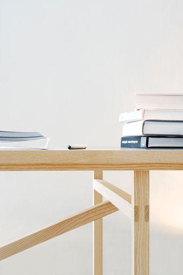 El escritorio se ve bastante elegante con las patas y por las uniones de las piezas