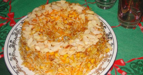 2 xícaras de arroz agulhinha  - 4 xícaras de água quente  - 2 dentes de alho picados  - 1 cebola média picada ou ralada  - 1 colher (sopa rasa)de sal  - 6 damascos secos picados  - 3 colheres (sopa) de uva-passa branca  - 4 colheres (sopa) deamêndoas fatiadas ou filetadas  - 1 lata de milho verde  - 1 xícara de cenoura ralada  - 4 ninhos de macarrão cabelo de anjo (aletria)  - 3 colheres (sopa) de manteiga  -
