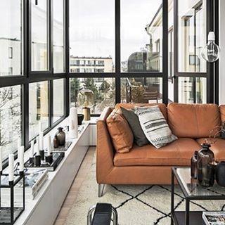 Vardagsrum med den rätta retro-viben  Har en speciell kärlek för skinnsoffan från Ikea!   #inredning #interior #inredningbyv #skinnsoffa #ikea #ikeastockholm #vardagsrum #Livingroom #60tal #retro #windows #fönster #burspråk #modernt   Källa: @scandinavianhomes