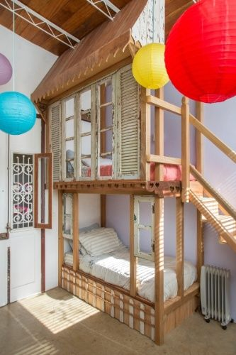 No dormit�rio das crian�as, o beliche criado pela artista pl�stica Katharina Welper tem formato de casinha de bonecas. A casa Samambaia � um projeto do arquiteto Rodrigo Sim�o