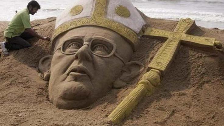 El Papa Francisco en Arena, escultura que Sudarshan Pattnaik realizó en su homenaje en una playa cercana a Bhubaneswar, en la India.     New Pope sand art from Sudarshan Pattnaik.     http://mazcue.com/