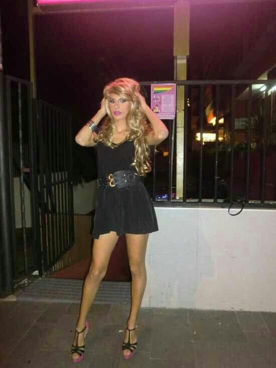 Salopes transsexuelles dans des bottes kinky