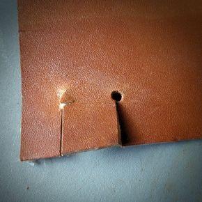 Éviter la déchirure du cuir : faire un trou à l'emporte pièce. Une coupe ou une fente dans le cuir, c'est une déchirure possible à l'usage selon l'utilisation et la destination de l'objet.