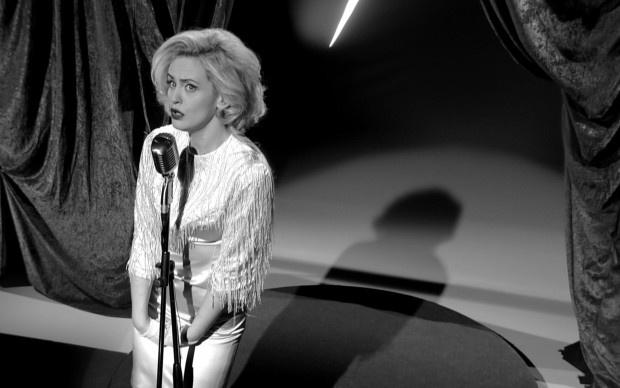 """Cos'ha a che vedere Marilyn Monroe con Shakespeare? Apparentemente nulla. In realtà, secondo Filippo Timi, tantissimo. Eretico, surreale, assurdo e – naturalmente – affascinante l'Amleto scritto e interpretato dall'attore umbro, che stravolge uno tra i più grandi classici di tutti i tempi. Costruendo uno splendido calembour di situazioni al limite; dove lo spettro di Amleto """"senior"""", padre dell'antieroe più amato di sempre, assume i panni en travesti di una straniante icona sexy."""