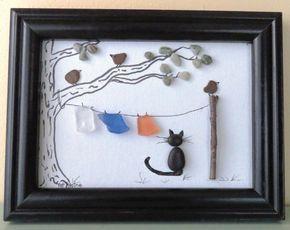 Questa immagine di arte incorniciata originale è stata creata dal lago Michigan spiaggia di ciottoli, spiaggia di vetro, un ramoscello e inchiostro su un cartone telato di 5 X 7. È incorniciato in una cornice di legno nera riciclata. Limmagine presenta una clothesline legata tra un albero e un palo con tre uccelli e un gatto nero. Il lavoro di arte incorniciata misura 8 1/2 x 6 1/2.