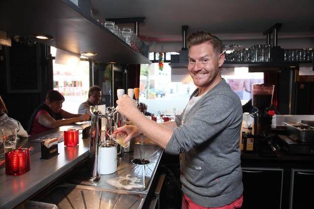 Zanger Michael Lanzo tapt voortaan pinten in café Pauline en Paulette in Lauwe.-Xavier Coppens