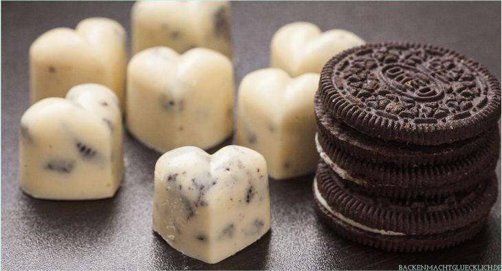 Oreo-Pralinen: Weiße Schokolade mit Keksstückchen | http://www.backenmachtgluecklich.de