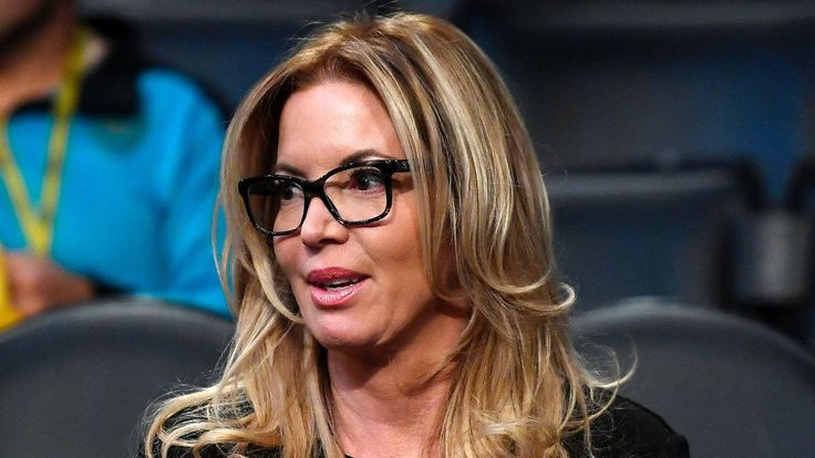 When Jeanie Buss decided to fire her brother, it was the end of one act of a family feud -- and the beginning of another. We go inside her decision to finally wield her power.