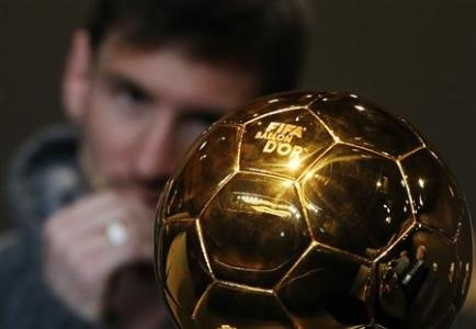 FIFA Men's Ballon d'Or of the Year 2012 nominee Lionel Messi of Argentina watches the trophy during a news conference before the FIFA Ballon d'Or 2012 soccer awards ceremony at the Kongresshaus in Zurich January 7, 2013. REUTERS-Michael Buholzer