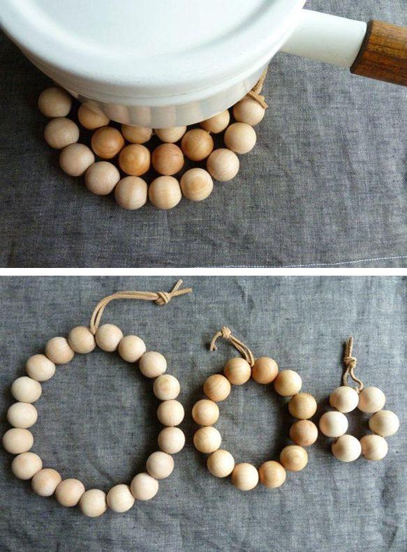 Oui mais voilà j'ai donc acheté tout un tas de perles en bois (rondes et carrées oui oui ) pour faire du DIY , mais maintenant que je les ai… Le problème de ce que je vais bien pouvoir en faire se pose bien clairement ! Vous le comprendrez donc cet article se fera donc sur deux post: Le post avant la réflexion, toussa toussa, et le tadaaaaaam – ou pas tadaaaaam si le rendu est nul – de ce que j'ai fait de toutes ces perles avec mes petites mimines ♥