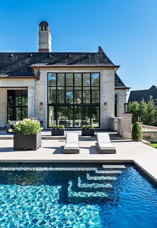 Atemberaubendes Haus im französischen Stil mit einem rechteckigen Pool im Boden mit Korbweide
