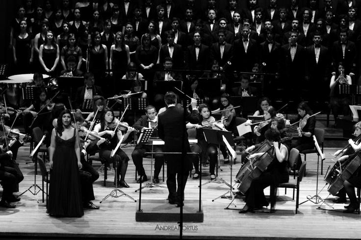 La Javeriana Canta Mozart. Estudiantes del énfasis en canto lírico, el coro javeriano y la Orquesta Sinfónica de la carrera de estudios musicales, interpretarán arias, ensambles, coros y fragmentos orquestales de cuatro óperas de Mozart.