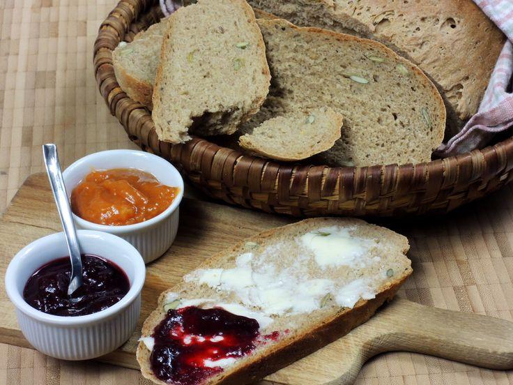 Domácí voňavý chléb s droždím z pšeničné a žitné mouky s dýňovými semínky upečete za necelé dvě hodiny.