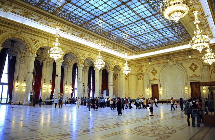 """Un grup de vizitatori se plimbă prin Palatul Parlamentului, în a doua zi a programului """"Porţi deschise"""", în Bucureşti, duminică, 2 mai 2010. (  Răzvan Chiriţă / Mediafax Foto  ) - See more at: http://zoom.mediafax.ro/travel/palatul-parlamentului-12828303#sthash.Usjh8v5j.dpuf"""