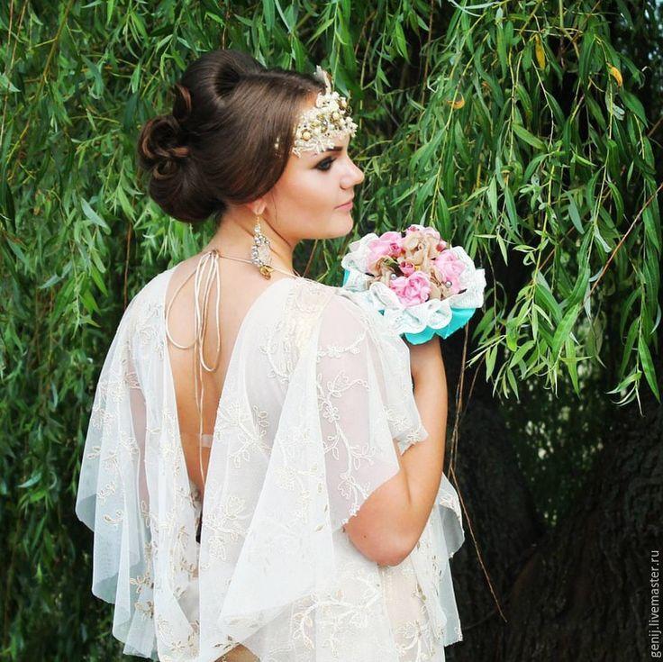 Вот такой букетик был сделан мною из ткани для невесты в стили шебби-шик. Свадьба в стиле шебби-шик — это незабываемое зрелище. Наряды невесты и жениха, букет невесты, платья подружек, даже банкетный зал, — всё это должно быть оформлено в едином стиле и создавать атмосферу доброй сказки. Шебби-шик в переводе с английского означает «потёртый шик» или «потёртый блеск».