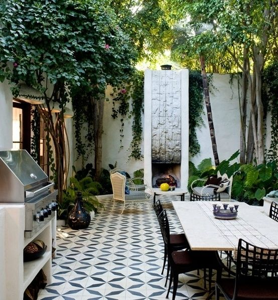 Small but perfectly formed outdoor space. Could be even better with a built in BBQ rather than the freestanding one ❥