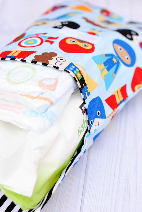 Use this diaper and wipes case tutorial and pattern to make a diaper clutch for carrying a pack of wipes and a few diapers for baby.
