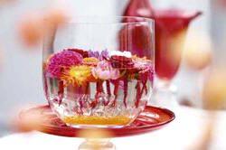 Snijbloemen als Gerbera, Celosia, rozen en Dahlia als ideale bloemschikbloemen - drijvende bloemen in een schaal met water