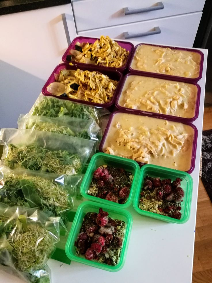 Bean fettuccine with fried vegetables and pesto bean fettuccine with creamy cauliflower-sauce kale and alfalfa salad and overnight oats with raspberry and Chia seeds. #mealprepping #OneSimpleChange #mealprep #healthy #mealplanning #healthyliving #food #weightloss #sunday