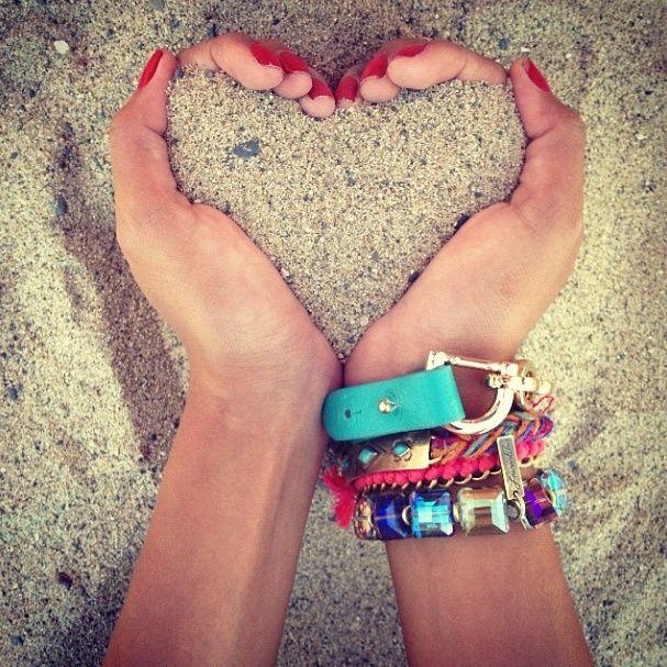 Zand in handen in de vorm van een hart ♥