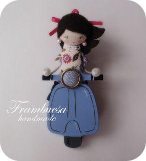 Frambuesa en Vespa azul Broche en DM pintado a mano Muñequita en tela pvp 17 eur.Frambuesa: Muñequitas viajeras