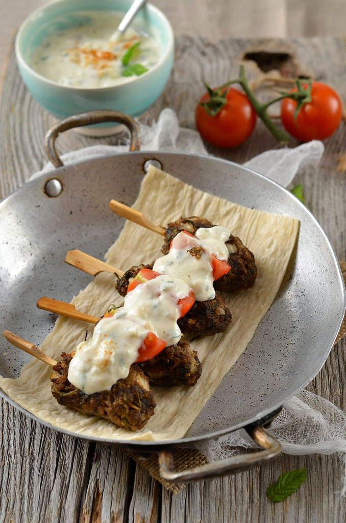 Brochette de kefta de boeuf et sauce au yaourt - Recette sur facile à réaliser à la maison pour un repas en famille ou un apéritif avec des amis...