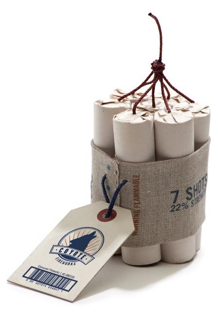 Prachtig vuurwerk, in elk geval zolang het in de verpakking zit. De combinatie van naturel jute, canvas, karton en traditionele lettertypes maken dit vuurwerk van Coyote Fireworks uitermate geschikt om smaakvol het nieuwe jaar in te knallen. Of het ook een verbluffend resultaat geeft als je het vuurwerk afsteekt? We hopen dat de zevenklapper iedereen geluk brengt!