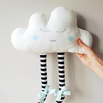Miękka chmurka/przytulanka ozdobna uszyta z bawełnianych tkanin oraz filcu. Chmurka z oczkami i niebieskimi kokardkami..