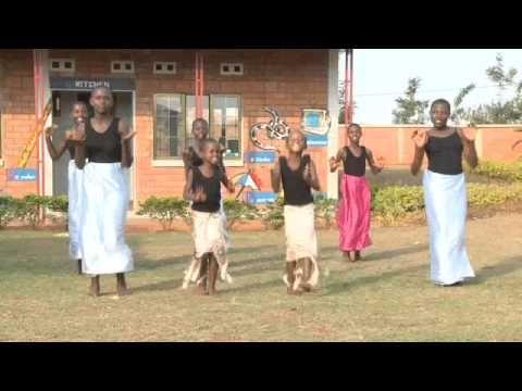 Charme, selvtillid og lækkert hår! Det er da selvtillid, der vil noget! Mød alle de lækre børn, mødre, tanter, lærere og børneby-ledere i SOS-børnebyerne i Kayonza og Kigali i Rwanda.