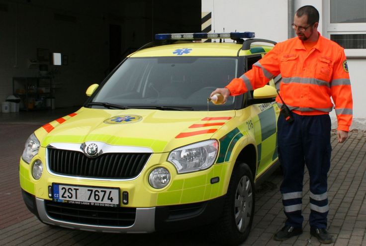 primář mělnické záchranné služby křtí vozidlo rendez-vous