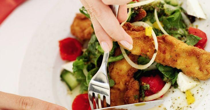 Cómo cocinar filetes de tilapia empanizados . Debido a su sabor suave y delicada textura, el tilapia es un pez popular entre el gusto de adultos y niños. Es un pez de agua dulce, puede prepararse empanizado y al horno para crear una capa crujiente. Hornear el pescado, en lugar de freír, produce un crujido exterior con menos calorías. Usa migas de pan de sabor regular o sazonadas dependiendo ...