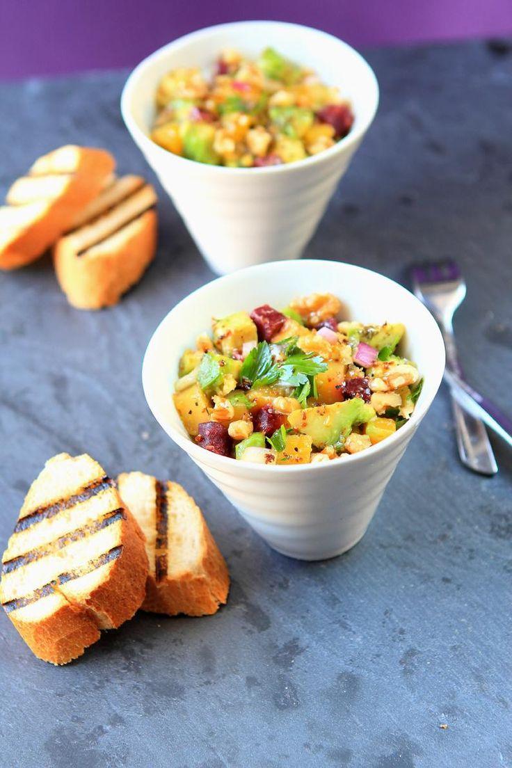 Salade d'avocat avec mangue, betterave et noix
