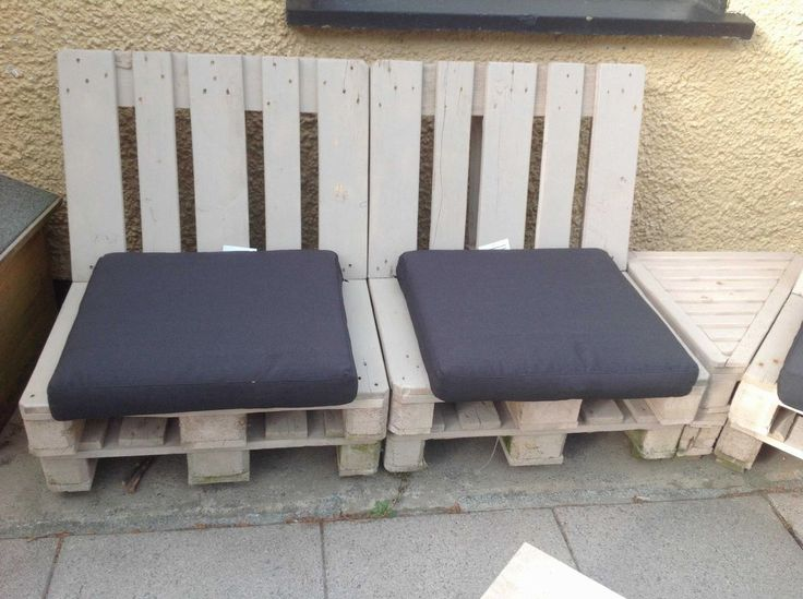 Original  Pallet Patio Set  #garden #palletgardenset #palletsofa #recyclingwoodpallets This is made up from EPAL pallets and a half Guinness keg fire pit sunk in table.  ...