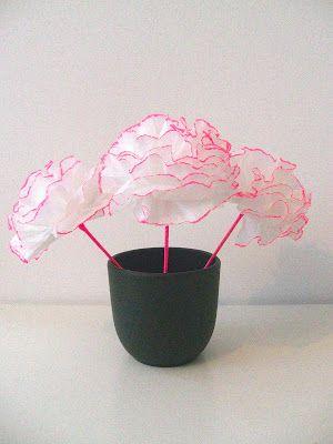 Gabulle in Wonderland:  ponpoms rose néon faite avec des mouchoirs en papier (neon rose flower pompom) http://gabulleinwonderland.blogspot.fr/