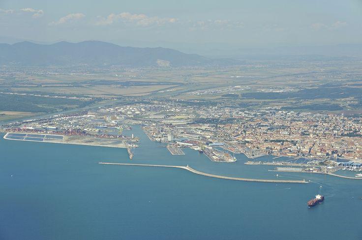 Πετώντας στο Τυρρηνικό πέλαγος μια στροφή πάνω από την πόλη και το λιμάνι του Λιβόρνο για την προσγείωση στο αεροδρόμιο της Πίζας.