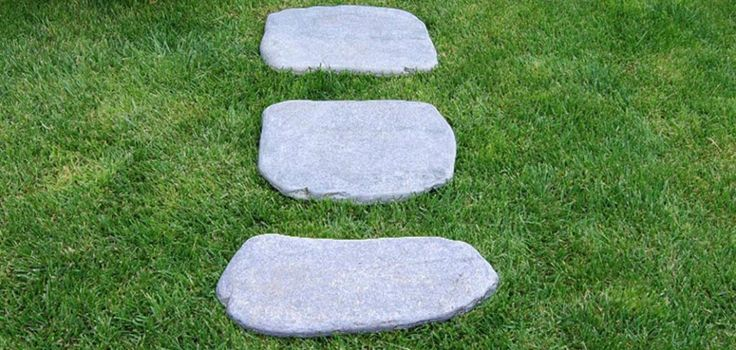 Pyöreäreunaisilla kivillä suloinen pihapolku helposti.