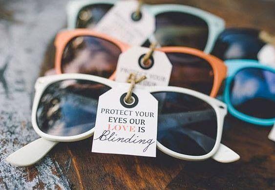 Mariage en été ? Pourquoi ne pas offrir des lunettes à vos invités ?