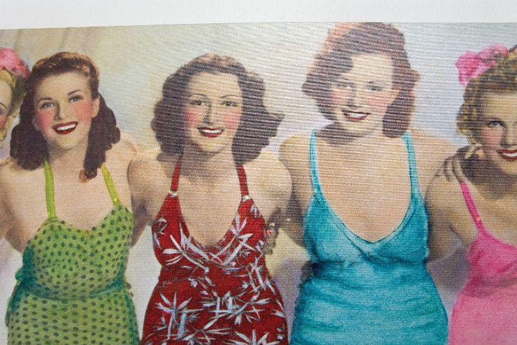 Πίνακας Show Girls Led 30x90 Ψηφιακή εκτύπωση σε καμβά μία εντυπωσιακή εικόνα από προκλητικές κυρίες της δεκαετίας του '60, με τα μικρά led λαμπάκια να φωτίζουν και διακοσμούν. Μπαταρία 2xAA (L)R6 1.5V (εκτός).