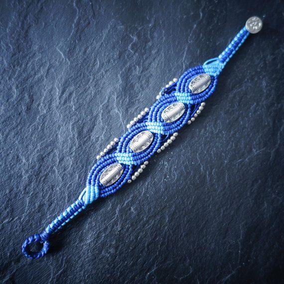 bracelet tissé en fil de coton ciré , perles métal argenté, fermoir OM dimensions bracelet : longueur:18.5 cm largeur : 2.7 cm envoi sous 1 jour ouvré en lettre suivie fabriqué en 1 seul exemplaire