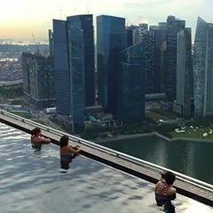 Bom diaaaaa queridos🌸 Que tal um mergulho na piscina mais famosa do mundo! Marina Bay Sands em #singapura *Não é preciso se hospedar no hotel, para curtir a piscina, e toda esta vista..... . . . 📽 @essemundoenosso #marinabaysands #singapore #vista #travels #viagem #férias #piscina #bordainfinita #pool #fantastic #vocation #magic #hotel #sunday #domingo #arquitetura #architecture #bestofdesign #luxo #luxurydesign #furnituredesign #blogfabiarquiteta #fabiarquiteta