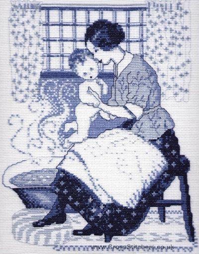 0 point de croix bleu mere donnant le bain a bébé - blue cross stitch mother giving tha bath to her baby