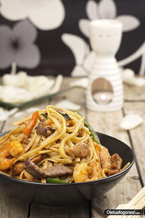 Estos tallarines tres delicias son un clásico en la cocina china, muy fáciles de preparar y que seguro que os gustaran.