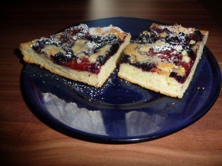 Bezlepkový čučoriedkovo-slivkový kysnutý koláč